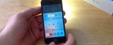 How do I turn on the flashlight on my iPhone 2020?